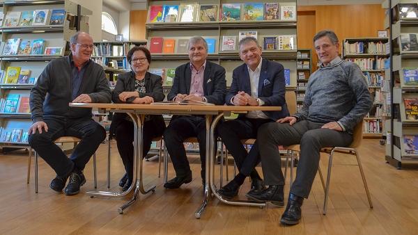 Photo des cinq membres du Conseil exécutif: M. Christian Bussard, Mme Yvonne Stempfel (Vize-présidente), M. Patrick Mayor (Président), M. Bruno Boschung et M. Gérald Telley (Délégué de l'Évêque).