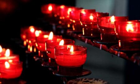 Bougies dans une église