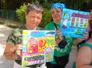 Rosalina et Géraldine montre leurs tableaux de peinture avec les maisons